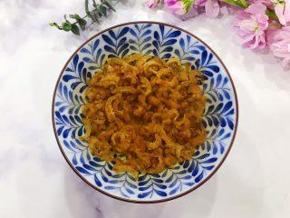金钩海米仙贝娃娃菜鸭蛋羹,金钩海米挑去杂质,冲洗一下之后用适量温开水浸泡15分钟
