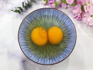 金钩海米仙贝娃娃菜鸭蛋羹,鸭蛋磕入碗内