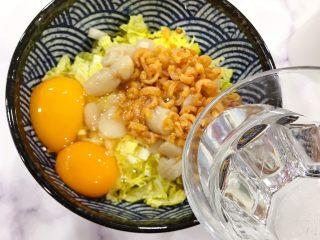 金钩海米仙贝娃娃菜鸭蛋羹,加入饮用水