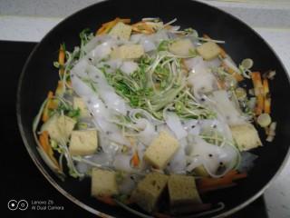 绿豆芽炒凉皮,翻炒均匀。