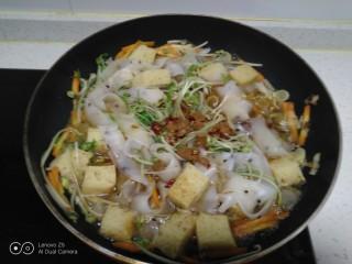 绿豆芽炒凉皮,倒入锅中。