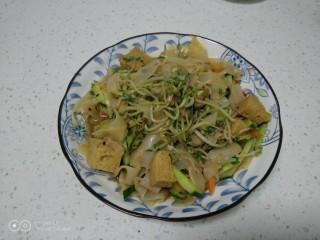 绿豆芽炒凉皮,盛入盘中。