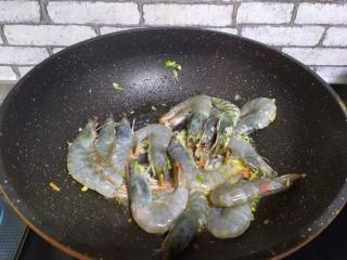 油焖大虾,加入虾,炒至颜色发红