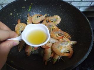 油焖大虾,加料酒炒匀