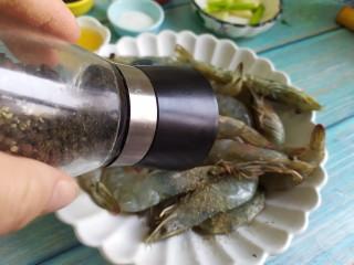油焖大虾,胡椒粉,拌匀腌制15分钟