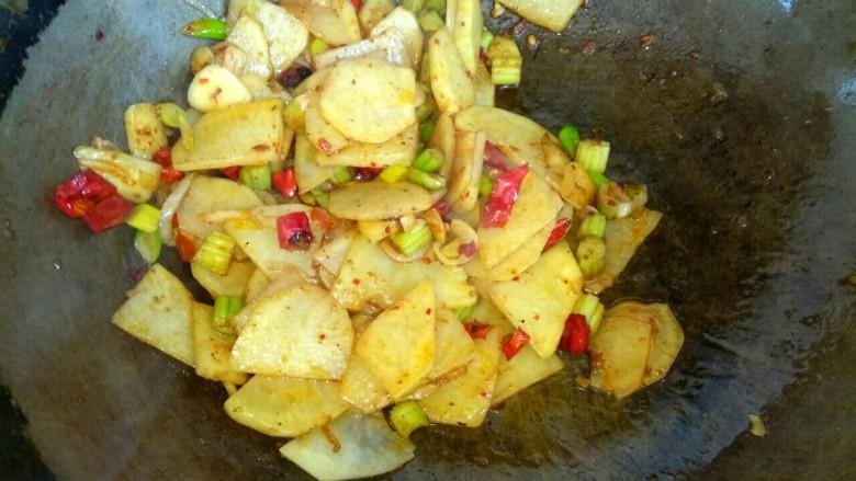 麻辣土豆片,大火翻炒均匀关火出锅