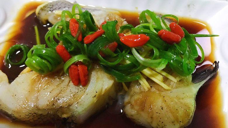 清蒸鳕鱼,点缀上小葱和枸杞,即可