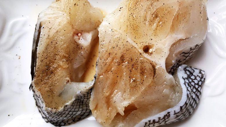 清蒸鳕鱼,加少许料酒和胡椒粉抹均匀,腌制15分钟