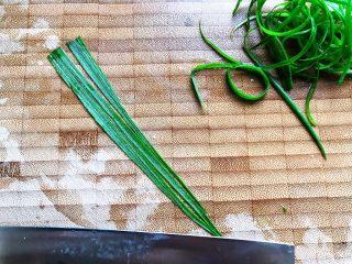 清蒸鳕鱼,这期间我们来处理小葱,小葱洗净之后用刀划成细丝,如图所示