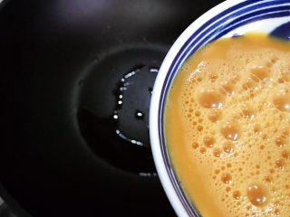 洋葱线椒炒鸭蛋,待锅内油七分热时下鸭蛋