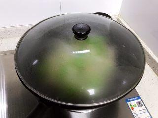 洋葱线椒炒鸭蛋,盖上锅盖,转中小火焖煮2分钟