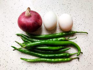洋葱线椒炒鸭蛋,首先我们准备好所有食材