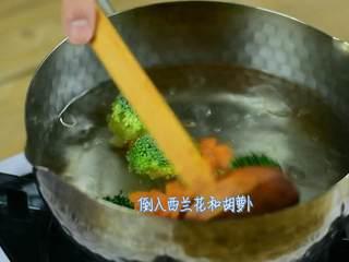 肥牛饭,倒入西兰花和胡萝卜。