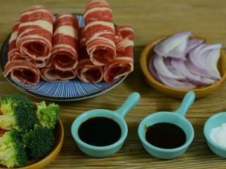 肥牛饭, ·食材·  【主料】:肥牛 洋葱 西兰花 胡萝卜 【辅料】:生抽 蚝油 糖 盐 淀粉