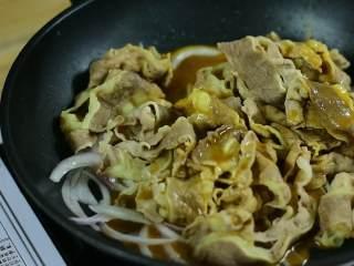 肥牛饭,倒入肥牛和之前调好的酱汁炒匀。