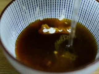 肥牛饭,碗中加入糖、生抽、淀粉、蚝油和清水拌匀备用。
