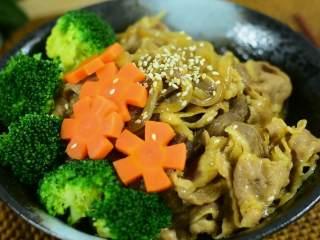肥牛饭,牛肉含有丰富的蛋白质,氨基酸组成,天冷食牛肉,有暖胃作用,是补益之佳品哦。