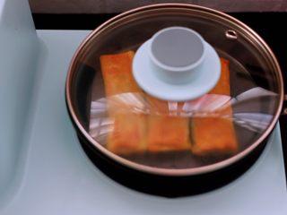 土豆丝红椒煎春卷,盖上锅盖把春卷转小火的底部煎至金黄时。