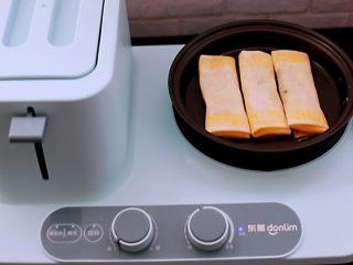 土豆丝红椒煎春卷,东菱早餐机的煎锅里倒入少许油,把做好的春卷放入锅中。