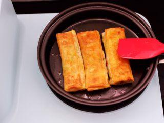 土豆丝红椒煎春卷,这个时候把春卷翻面,两面煎至金黄色即可。