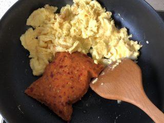 渣广椒炒鸡蛋,倒入渣广搅,用锅铲按压碎