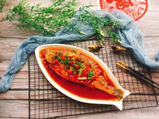 茄汁黄花鱼,最后撒点葱花和红椒末