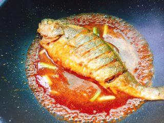 茄汁黄花鱼,放入煎好的黄花鱼