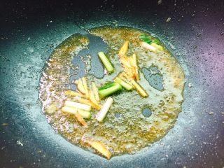 茄汁黄花鱼,将葱白,姜丝爆香