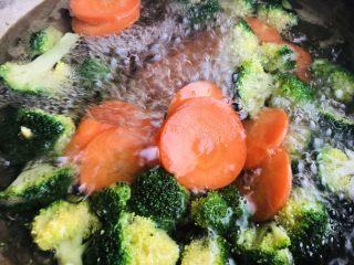 肥牛饭,煮开水焯胡萝卜和西兰花,加2勺盐,变软捞出