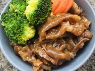 肥牛饭,将肥牛和西兰花胡萝卜铺入米饭中,肥牛饭OK啦