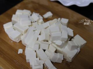 虾仁豆腐,豆腐切成约1厘米见方的小块备用。