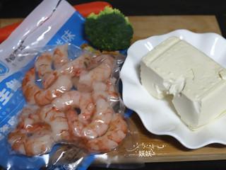虾仁豆腐,准备好需要用到的食材,豆腐优先选用嫩豆腐,嫩豆腐腥味少,口感嫩,最适合用来做营养餐。