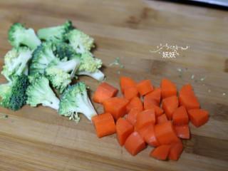 虾仁豆腐,西兰花切成小朵,胡萝卜切小粒备用。