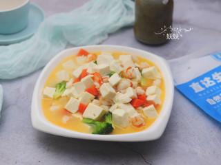 虾仁豆腐,虾仁和西兰花很容易熟,稍微煮两分钟即可,最后加少许盐即可出锅。