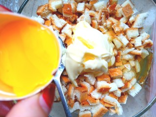 香煎土司饼,装入容器中,放两勺沙拉酱,一点点盐,两个蛋清。