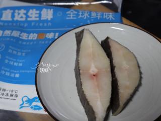 清蒸比目鱼,比目鱼要提前解冻,解冻可以常温解冻,也可以借助微波炉,烤箱的解冻功能,但是一定不能为了求快而用开水或者热水来解冻,那样的话鱼肉很容易被烫熟。