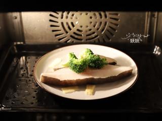 清蒸比目鱼,我用的蒸箱蒸的,大家可以用蒸锅蒸,效果也是一样的,冷水入锅,水烧开蒸3到5分钟就足够了,蒸的时间根据鱼肉的厚度而定,蒸箱上有专门的蒸鱼功能,按一下蒸鱼键就可以。
