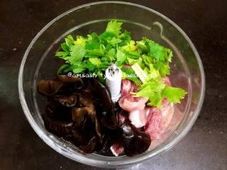 三鲜柳叶饺子,把切好的肉和黑木耳,芹菜切成小段,把盐,生抽,和清水一起加 绞肉机中,然后开始把食物打碎
