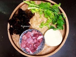 三鲜柳叶饺子,先把需要的食物准备好,黑木耳我用干的黑木耳事先泡发好的,芹菜 洗干净,猪肉洗切成块,饺子皮买现成的