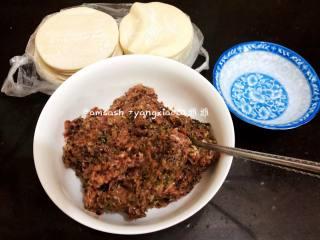 三鲜柳叶饺子,把肉馅倒出来,准备饺子皮,和少许水,水是准备抹饺子皮用的