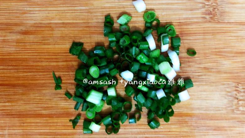 鸡蛋面,葱洗干净之后切成葱花备用