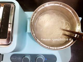 鸡蛋面,水烧开,把面条放入锅中,煮至面条浮面