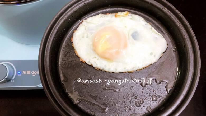 鸡蛋面,煎好的鸡蛋连带平底锅一起拿开