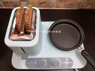 早餐三明治,把全麦吐司片放进卡士炉中,按下开关,旋转功能调至第3档,这个档数烤出来的刚刚好是我喜欢的
