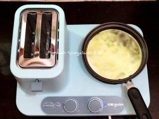 早餐三明治,把加热档调到最大,小平底锅中加入适量的食用油,把蛋白煎好倒出来