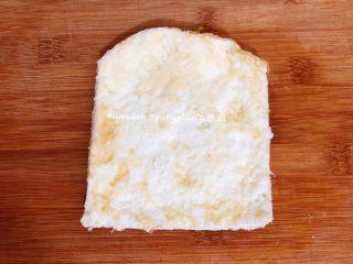 早餐三明治,煎好的蛋白用刀修改一下,形状和吐司片大小即可