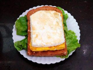 早餐三明治,最后把所有食材依次摆好即可开吃