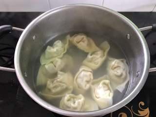 荠菜馄饨,大火煮开后转中小火,保持水微沸,直至馄饨全部浮起来,再煮1分钟即可熄火。
