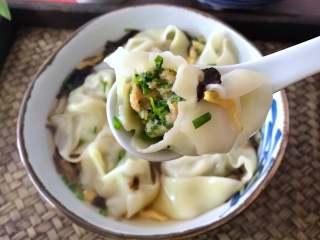荠菜馄饨,煮好后用漏勺捞出,放入汤碗中,汤鲜味美的馄饨就可以吃了。