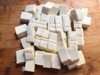 麻婆豆腐,豆腐冲洗一下,切成块状待用。